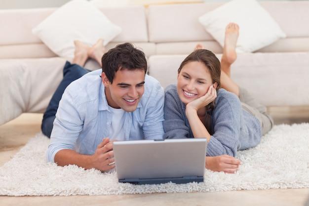 インターネットで何かを探している若いカップル