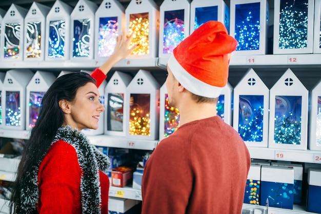 슈퍼마켓에서 크리스마스 선물에 보이는 젊은 부부