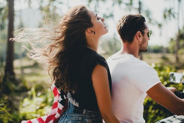 Giovane coppia innamorata su una moto