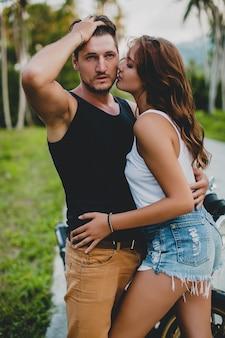 Giovane coppia innamorata vicino alla moto