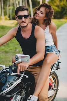 Giovane coppia innamorata, in sella a una motocicletta