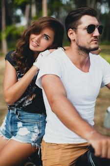 Giovane coppia innamorata, in sella a una moto