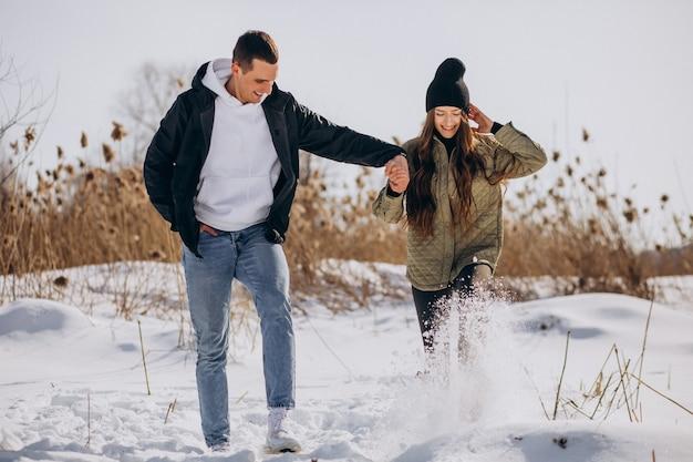Giovani coppie nell'amore che camminano nell'orario invernale