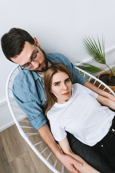 Молодые влюбленные пары обняли друг друга, концепция отношений.