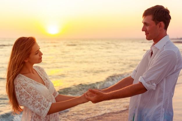 若いカップルの愛情のある休暇