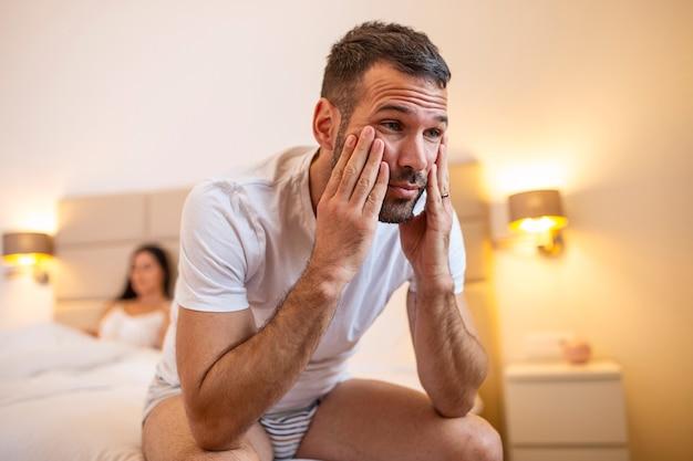 침대에 누워있는 젊은 부부는 관계에 대해 생각을 좌절