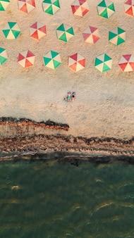 바다 근처 열 대 모래 해변에 누워 젊은 부부