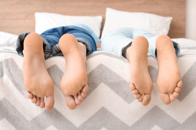 Молодая пара, лежа на кровати у себя дома