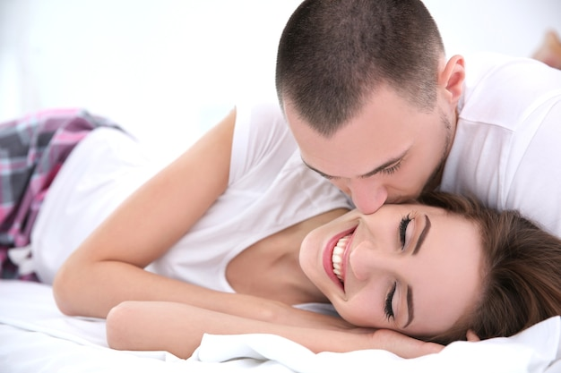 Молодая пара, лежа вместе в постели