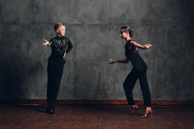 社交ダンスでサンバを踊る若いカップルの男性と女性。