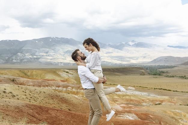Молодая пара мужчина и женщина-туристы в горах в их поездке в отпуск