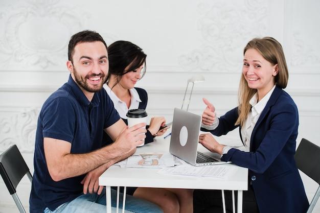 未来の家のための若いカップル会議建築家