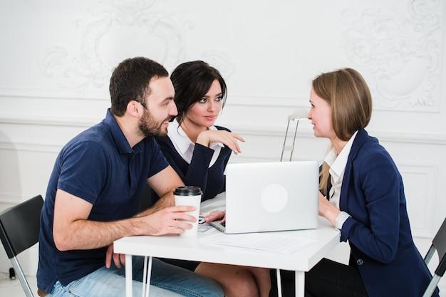 Молодая пара встреча архитектора для будущего дома