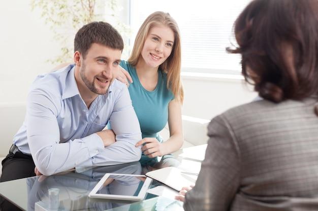 Молодая пара встречает финансового консультанта