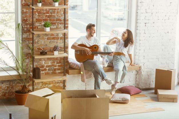 若いカップルが新しい家やアパートに引っ越しました
