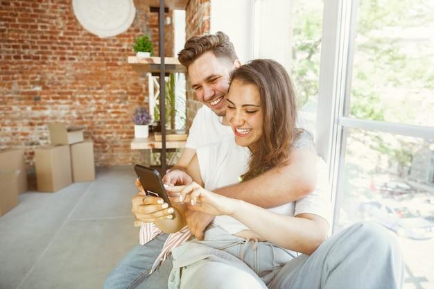 若いカップルは新しい家やアパートに引っ越しました。