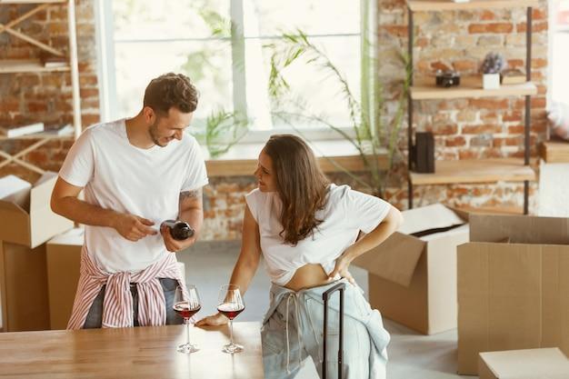 젊은 부부는 새 집이나 아파트로 이사했습니다.