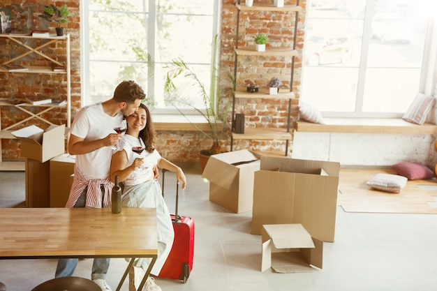 Молодая пара переехала в новый дом или квартиру.