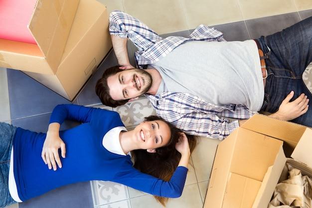 Молодая пара, движущаяся в новом доме