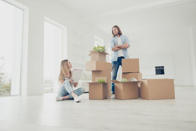 Молодая пара переезжает в новый дом
