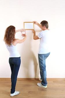 新しい家に移動する若いカップル
