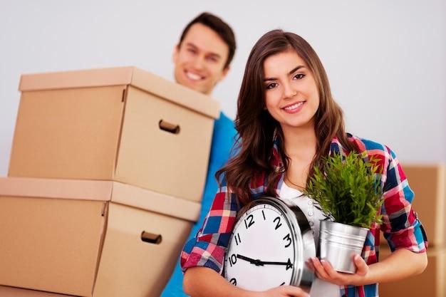 彼らの家に移動する若いカップル