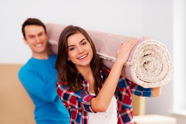 新しい家に引っ越す若いカップル