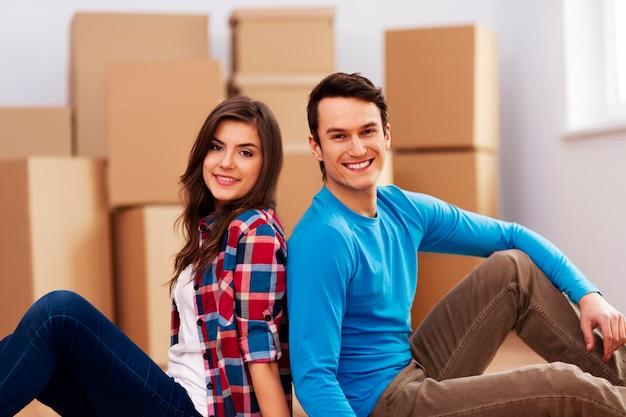 Giovani coppie che si muovono nella loro casa