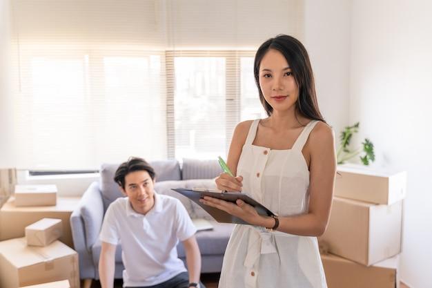 若いカップルが新しい家に移動