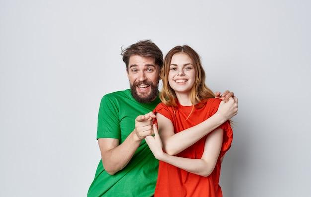 Молодая пара разноцветные футболки стиль жизни макет студии