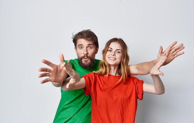 若いカップルの色とりどりのtシャツライフスタイルモックアップスタジオ