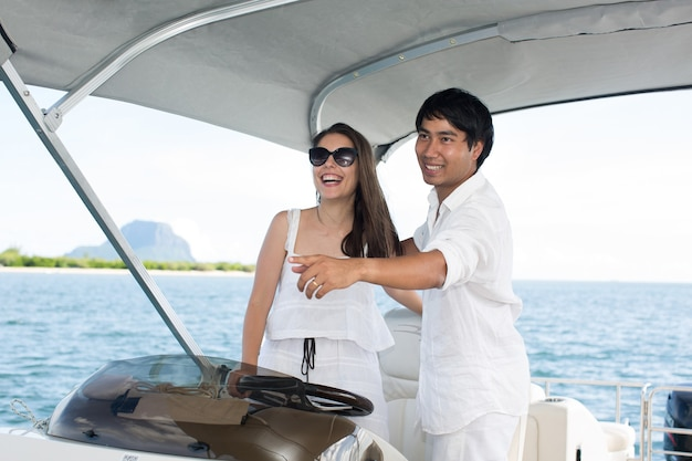 Молодая пара, плавающая на яхте в индийском океане