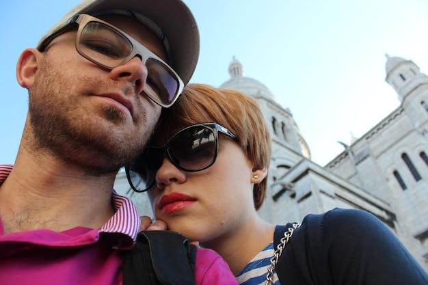 파리의 성심 성당 근처 젊은 부부