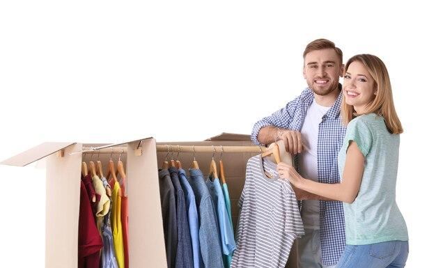 Молодая пара возле шкафов для одежды