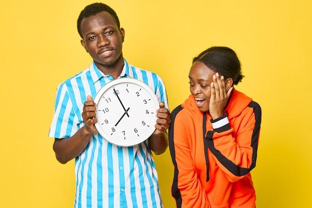 アフリカの外観のライフスタイルの若いカップルが通信を監視します。