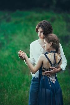 屋外で恋をしているエルフの若いカップル