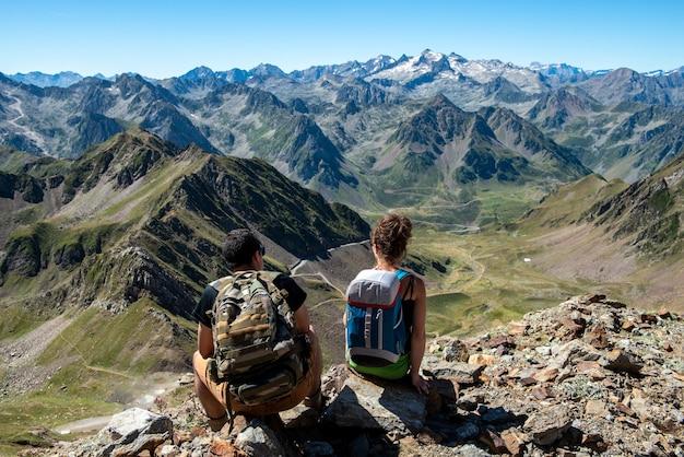 Молодая пара туристов в горах французских пиренеев