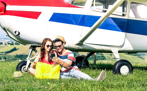 Молодая пара влюбленных отдыхает во время экскурсии на чартерном самолете
