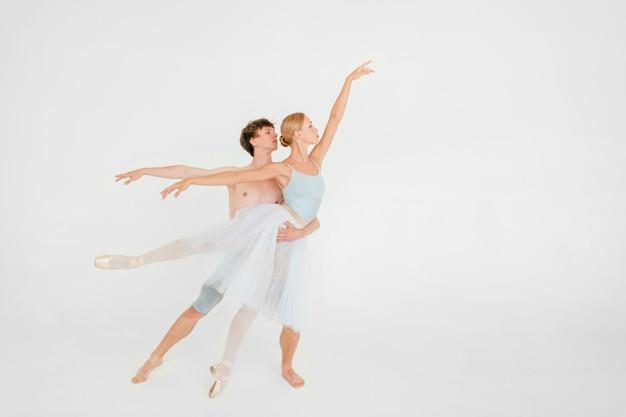Молодая пара современных артистов балета танцует