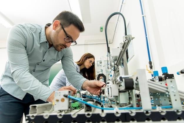 ロボット研究室の学生の若いカップル