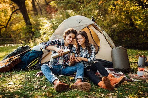 Молодая пара туристов вместе исследуют новые места
