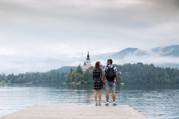 Молодая пара влюбленных туристов на озере блед словения осенняя пора в европе