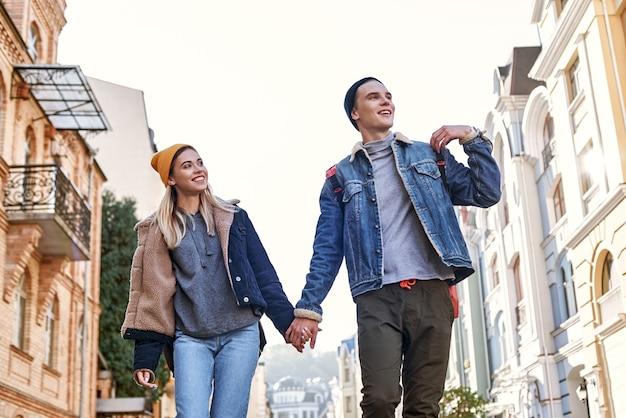 旅行ブロガーの若いカップルが旧市街を歩き回っています