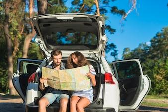 車の旅に若いカップル