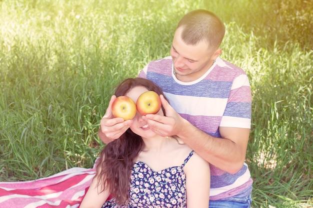 Молодая пара на летнем пикнике на природе