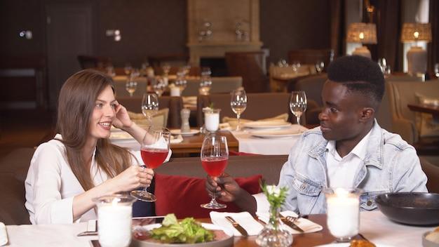 レストランでの日付の若いカップル。