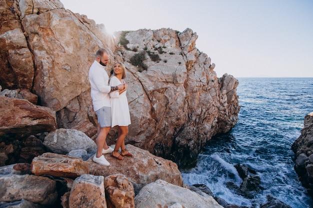 바다 그리스 신혼 여행에 젊은 부부