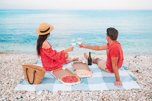 夏休み中にビーチで若いカップル
