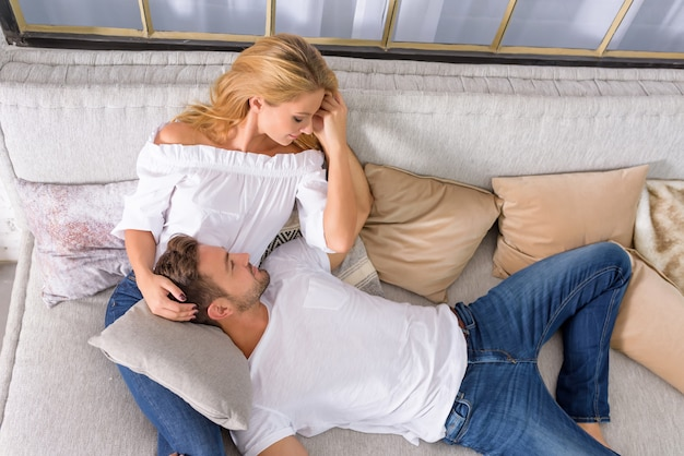 ソファの上の若いカップル