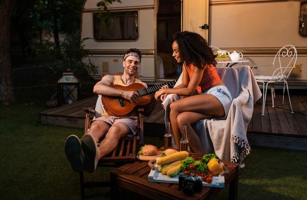 Молодая пара в отпуске с кемпер. путешествие с автокараваном. понятие о путешествиях и образе жизни в отпуске